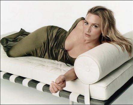 ブロマイド写真★ケイト・ウィンスレット/深緑のドレスでベッドに寝転ぶ