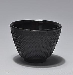 鉄瓶で沸かしたお湯は味がまろやかになると言われており、 日本茶だけでなく、コーヒー・紅茶・中国茶なども、より一層おいしくいただけます。 ミネラルウォーター代わりに鉄分タップリのお水。 特に妊婦さんや赤ちゃんにおすすめです。 昔ながらの製法でひとつひとつ造られた鉄器は、独特の存在感があり、和の空間だけでなくモダンな現代の食卓にもすんなりと溶け込みます。 鉄器はその優れた品質により多くの人に親しまれ、日本の代表的伝統工芸品として海外からも大変な人気となっています。 熱いうちに布巾で拭くと艶が増し、長...