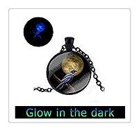 鴉と満月はアートグラスペンダントネックレスを変更されたグロー