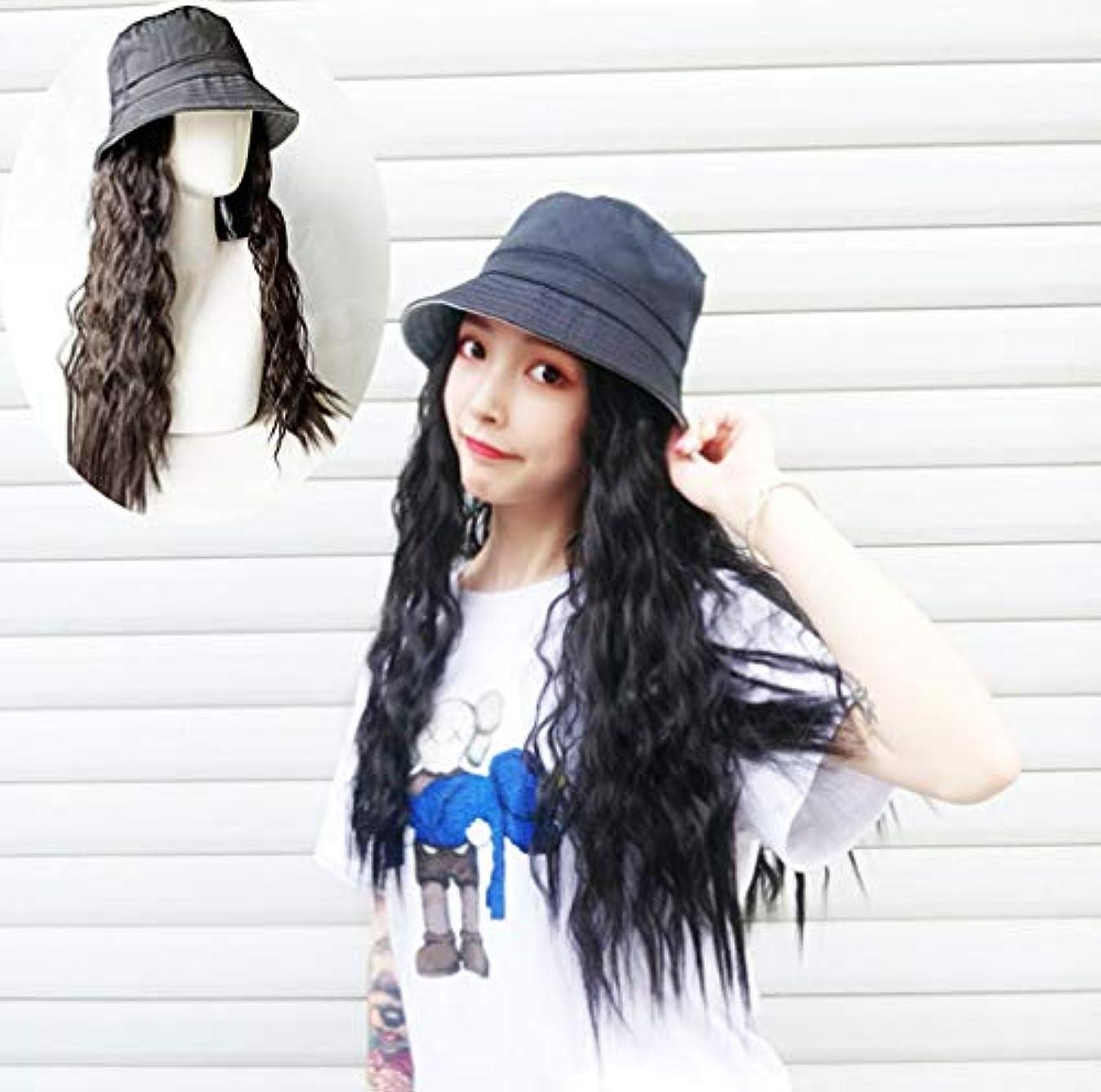 場所怖がらせるラインナップ長いウェーブのかかった髪の拡張子を持つ女性野球キャップ毎日のパーティーの使用のための黒い帽子が付いた自然な人工毛65cm