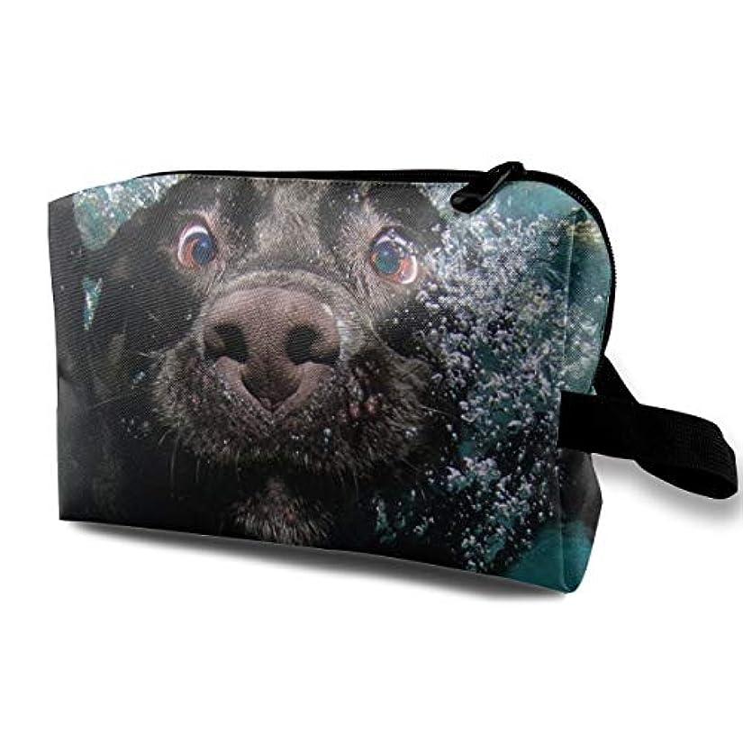 参加する鷹義務的Funny Black Labrador Retriever Dog Swimming With Expressive Face 収納ポーチ 化粧ポーチ 大容量 軽量 耐久性 ハンドル付持ち運び便利。入れ 自宅?出張?旅行...