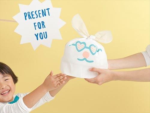 包んだものがウサギになるラッピング袋「USAGIFT」