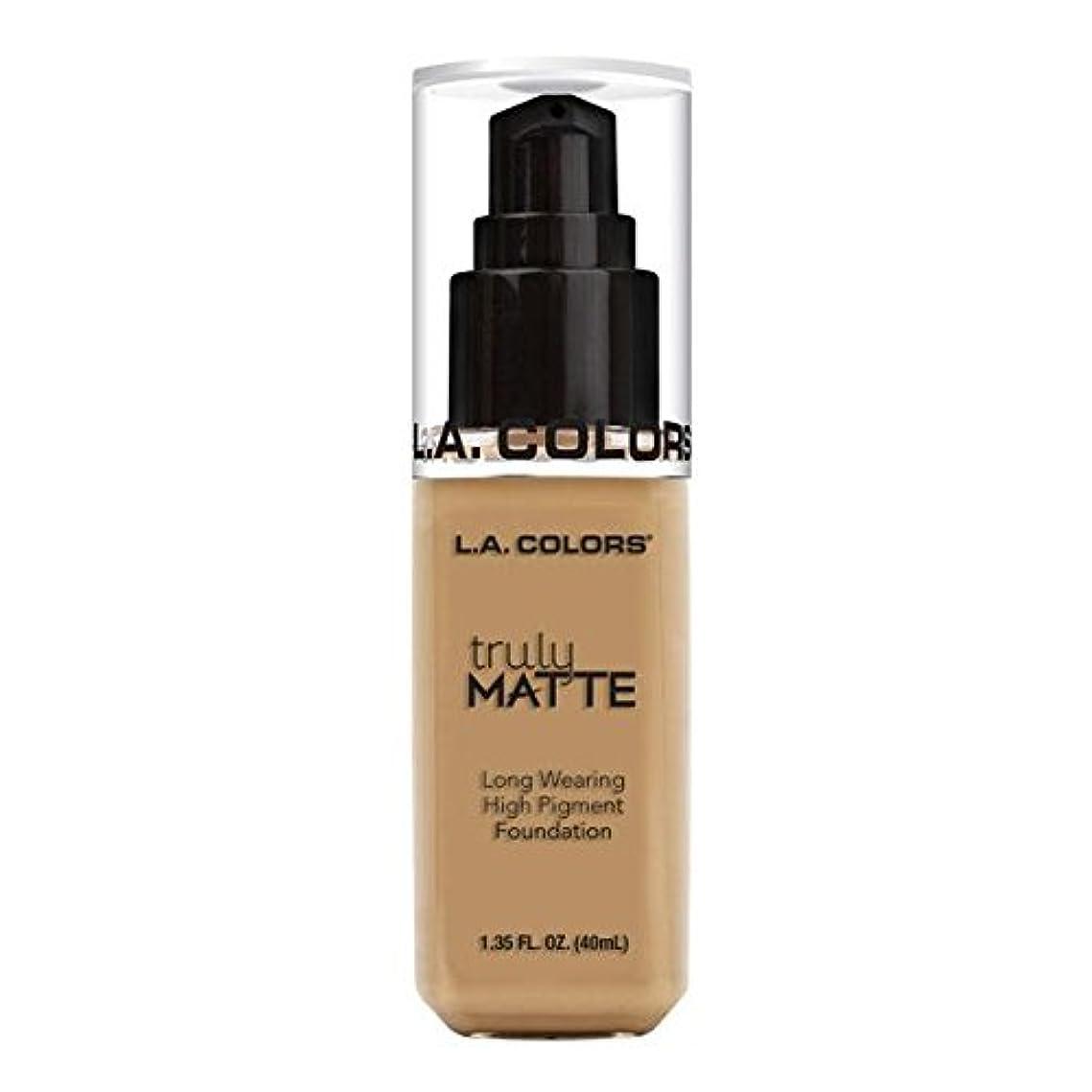 耐久美徳普通に(6 Pack) L.A. COLORS Truly Matte Foundation - Medium Beige (並行輸入品)