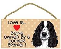 """Love Is。。。。Being Owned By A Cocker Spaniel (ブラックとホワイト)–5"""" x 10""""ドア/壁Dog Sign Plaque"""