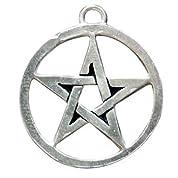 ▼ペンタグラムPentagram 魔術や神秘学を象徴する代表的なシンボル、ペンタグラム(五芒星)のシンプルなペンダントです。魔女や魔術師の証として、そして強力な魔除けのアクセサリとしても活躍する定番のシンボル・アクセサリです。あらゆる魔術的作業時のみならず、普段から身に付けていたいペンダントの一つです。(T:2cm) シルバー製。ブラックコード付。(T:2cm)