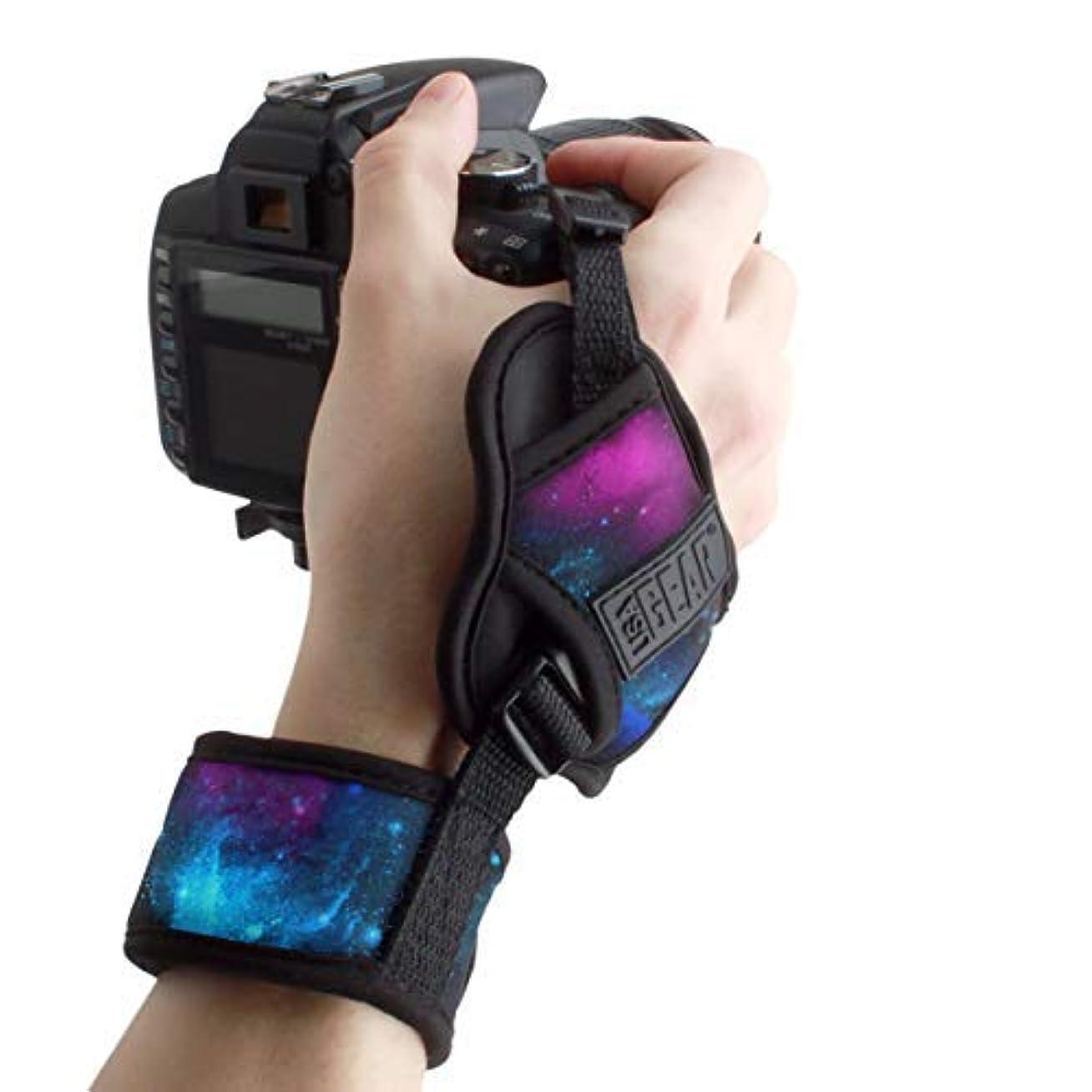 旅行代理店折耳USA GEAR Camera Hand Strap Wrist with Galaxy Padded Neoprene Pattern and Connecting Metal Plate - Compatible with Canon, Fujifilm, Nikon, Sony and More DSLR, Instant, Mirrorless Cameras [並行輸入品]