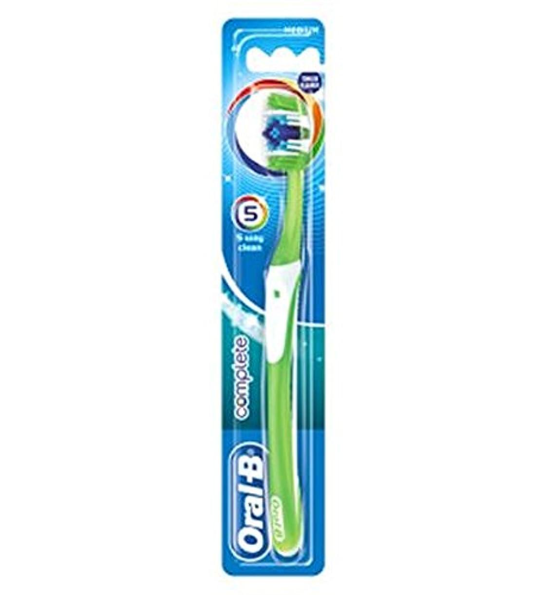 略す紳士気取りの、きざな重要オーラルBの完全な5道クリーンなメディアの手動歯ブラシ (Oral B) (x2) - Oral-B Complete 5 Way Clean Medium Manual Toothbrush (Pack of 2) [...