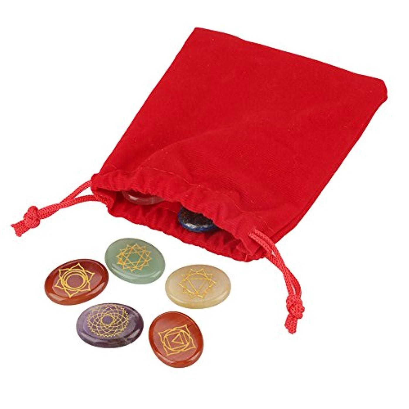 著名な記念碑現代の7個/セット刻印チャクラストーンとフランネルバッグ(黒または赤)、刻印スピリチュアルヒーリング瞑想パームストーンレイキチャクラクリスタル