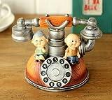 アンティーク風 仲良し 老夫婦が座った 電話型の かわいい 貯金箱 (オレンジ)