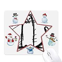 小さな猫の黒のラインに座って笑顔 クリスマス・雪人家族ゴムのマウスパッド