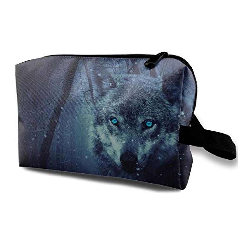 溶接回路適格Fantasy Wolf In A Dark Winter Forest 収納ポーチ 化粧ポーチ 大容量 軽量 耐久性 ハンドル付持ち運び便利。入れ 自宅?出張?旅行?アウトドア撮影などに対応。メンズ レディース トラベルグッズ