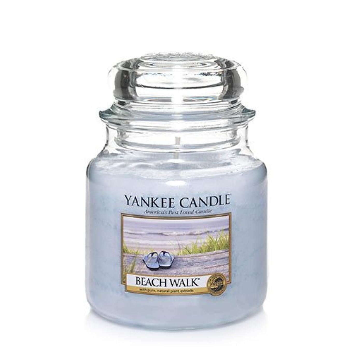 放射性のヒープ羊のYankee CandleビーチウォークMedium Jar Candle、新鮮な香り