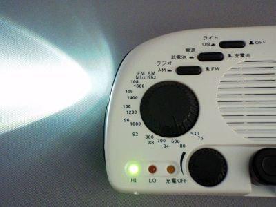 『LEDエコラジmini』 パールホワイト 避難グッズに最適 1台に3つの機能 LEDライト、AM/FMラジオ、外部機器充電