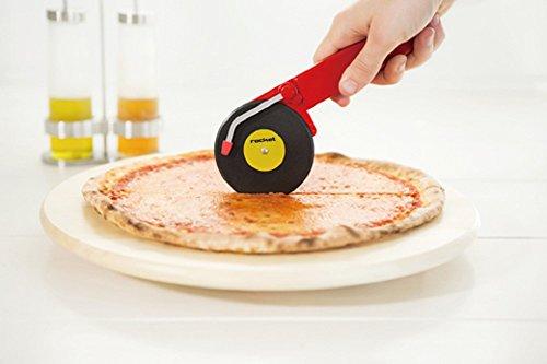 レコードプレイヤーでピザを切る