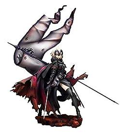 """原型:いまい(モワノー)+柳生敏之彩色:鉄森七方『Fate/Grand Order』より、""""ジャンヌ・ダルク[オルタ]""""が第一再臨の姿で登場。宝具である竜の紋章が刻まれた旗をたなびかせ、剣を握る姿は「竜の魔女」を自称する彼女らしく、凄みのある雰囲気でボリュームたっぷりに立体化しました。不遜に微笑む口元や、目を細め皮肉に満ちた冷ややかな視線が禍々しくも魅力的な仕上がり。力強く踏み出した足や、腰を反らせS字を描くボディラインが抜群のプロポーションを引き立てます。ソリッドな甲冑は重厚感のあるメタリック..."""