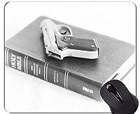 滑り止めラバーゲーミングマウスパッド、アメリカの聖書のオフィスで銃のコントロールマウスパッド 18x22cm