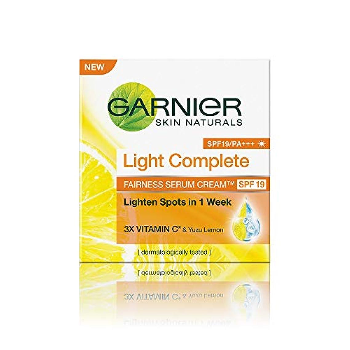 薄汚い爪包括的Garnier Skin Naturals Light Complete Serum Cream SPF 19, 45g