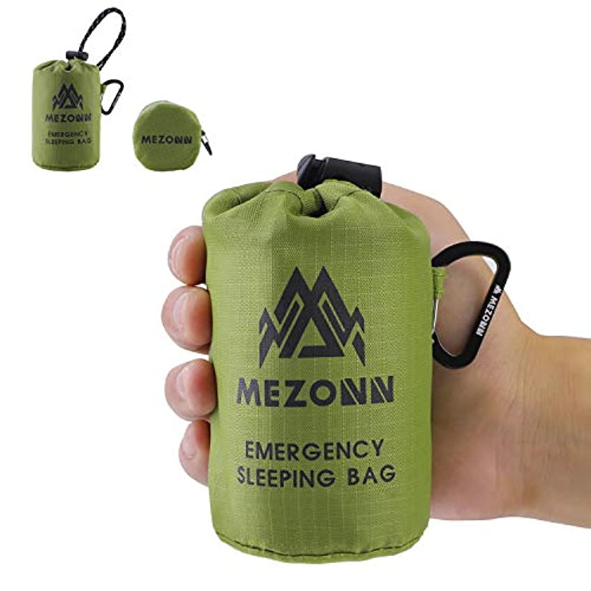 現実にはアーサーモンクMezonn PE緊急寝袋 サバイバルバイビーサック 緊急スペース毛布 軽量寝袋 アウトドア用サバイバルギア ハイキング キャンプに ナイロン袋とカラビナ付き