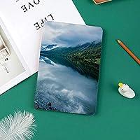 おしゃれな新しい ipad pro 11 2018 ケース 傷つけ防止 二つ折 開閉式 防衝撃デザイン 超軽量&超薄型 全面保護型 (iPad Pro11 インチ)木造小屋のある風景写真クリア川と山脈ノルウェーヨーロッパ
