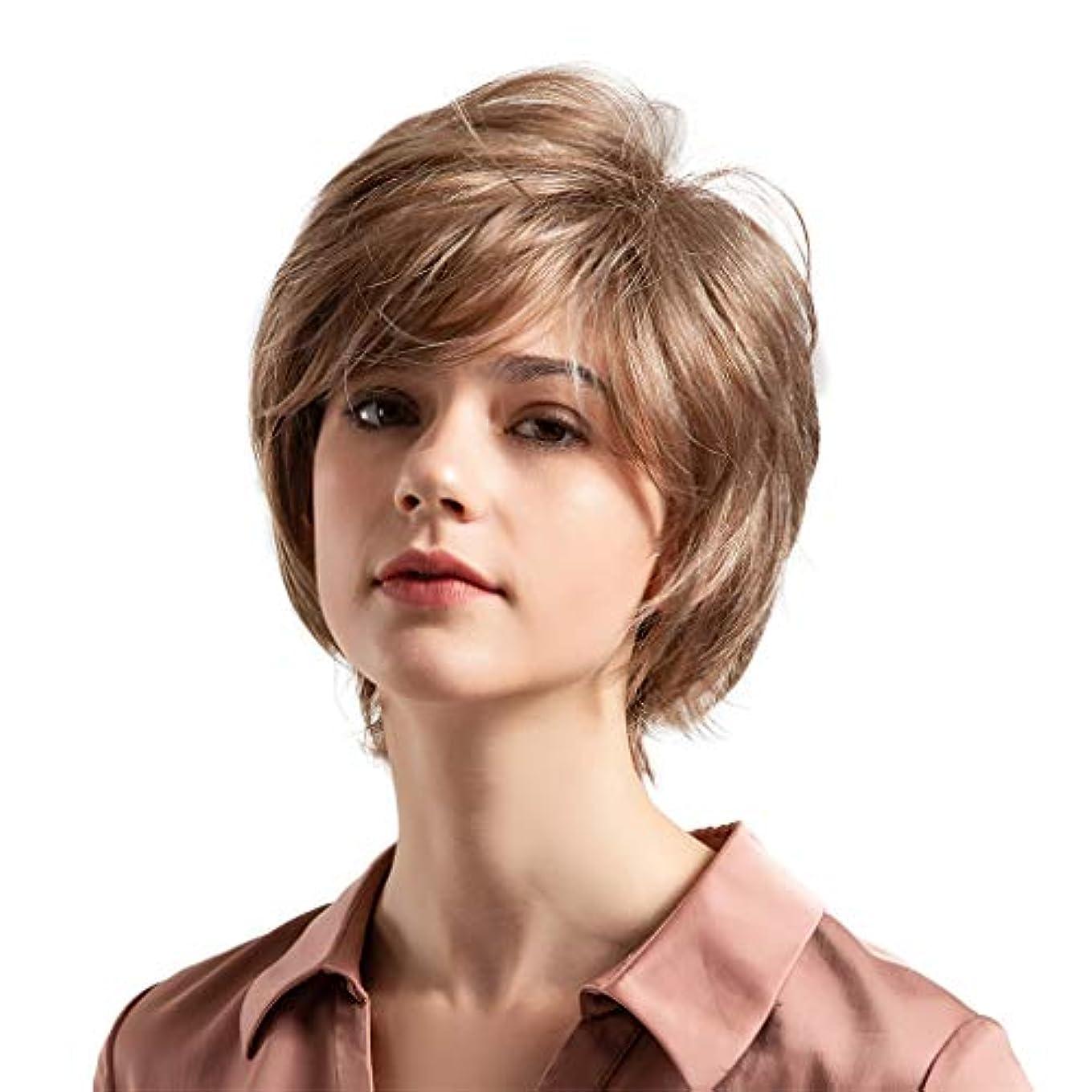 感謝する近代化食事を調理する薄茶色の混合色の自然な巻き毛の短い髪の かつら