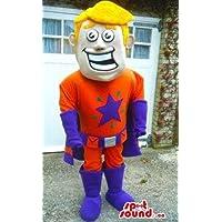スーパーヒーローオレンジと紫の服を着た金髪の少年を笑顔
