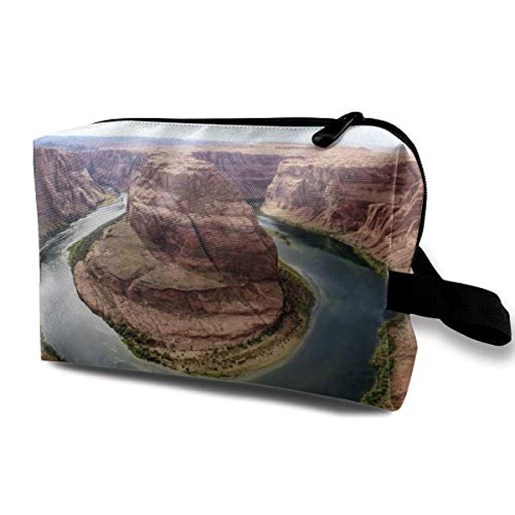 意味ホラー資金Horseshoe Bend In Grand Canyon 収納ポーチ 化粧ポーチ 大容量 軽量 耐久性 ハンドル付持ち運び便利。入れ 自宅?出張?旅行?アウトドア撮影などに対応。メンズ レディース トラベルグッズ