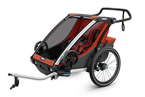 スーリー・チャリオット・クロス2<Thule Chariot Cross2>けん引アーム&ベビーカー用前輪&防水レインカバー付属(色:レッド/ブラック) 2人乗り・スポーツ用途から日常使いまで広範囲をカバーする多機能スポーツトレーラースポーツ、アウトドア、買い物、お散歩、保育園送迎など多様なシーンに対応サスペンション搭載で快適。特にベビーカーとしての性能が優れています。オプションを付けることで生後1ヶ月から使えます。安全性と信頼性のTHULE CHARIOTブランド。競合と比べても優位な点が多いです。店長お勧め!