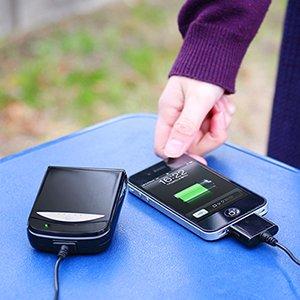 単三アルカリ乾電池でiPhoneが充電できる充電器「700-BTN001」