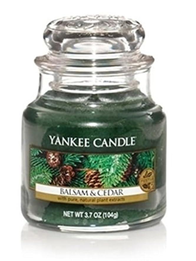 薬に対応する手を差し伸べるYankee Candle バルサム&シダー スモールジャーキャンドル フェスティバルの香り