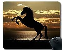 ステッチされたボーダーが付いているカスタマイズされたゴム製マウスパッドの跳躍の景色の馬の騎兵隊の夜明け