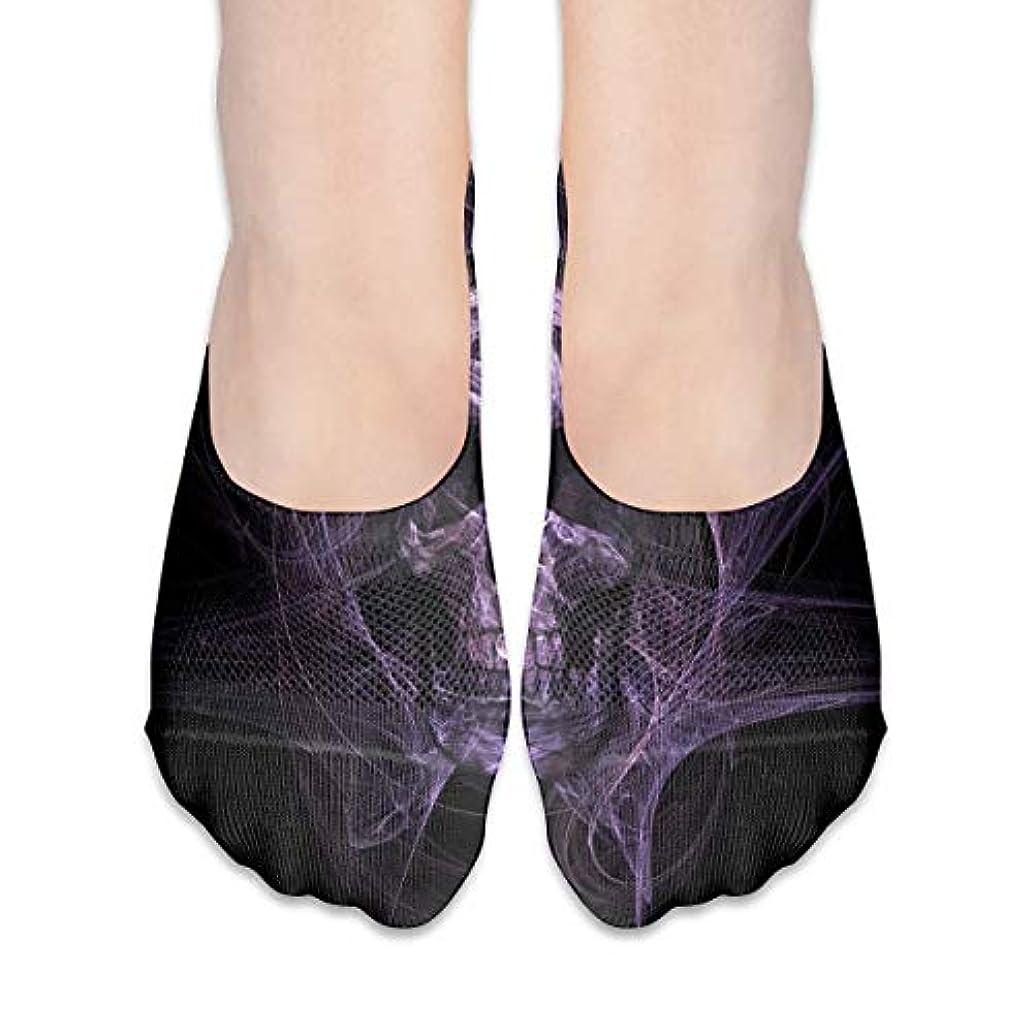 敬意を表する凶暴な刺す紫色の頭蓋骨はショーの靴下の女性のボートの靴のローファーのソックス、滑り止めのグリップを示しません