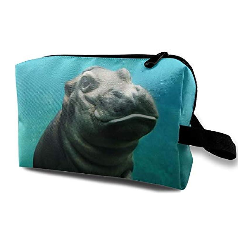 訴える風休暇Cute Baby Hippo In The Navy Sea 収納ポーチ 化粧ポーチ 大容量 軽量 耐久性 ハンドル付持ち運び便利。入れ 自宅?出張?旅行?アウトドア撮影などに対応。メンズ レディース トラベルグッズ