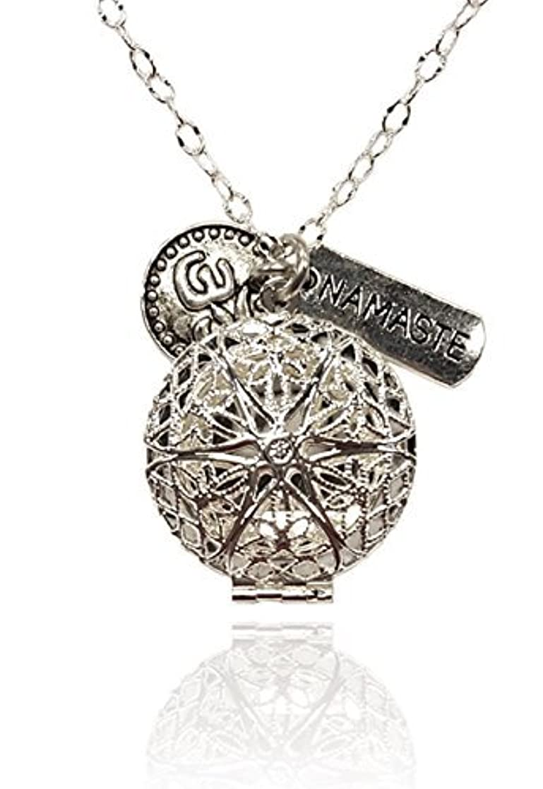 前方へこねる経営者Namaste and Om Silver-tone Charms Aromatherapy Necklace Essential Oil Diffuser Locket Pendant Jewelry w/reusable...