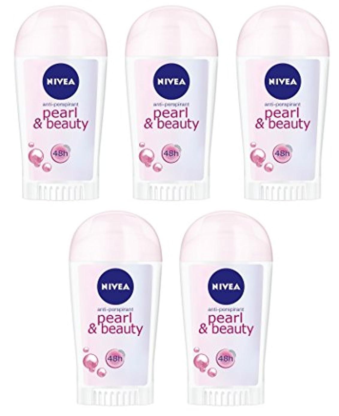 劇場サドル対処(5パック) ニベアパールそしてビューティー制汗剤デオドラントスティック女性のための5x40ml - (Pack of 5) Nivea Pearl & Beauty Anti-perspirant Deodorant Stick for Women 5x40ml