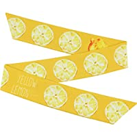 黄色のレモンの髪帯の女性は髪を束ねて針金の髪飾りのカチューシャを縛ります