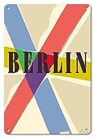 22cm x 30cmヴィンテージハワイアンティンサイン - ベルリン、ドイツ - ビンテージな世界旅行のポスター によって作成された リチャード・ブランク c.1953