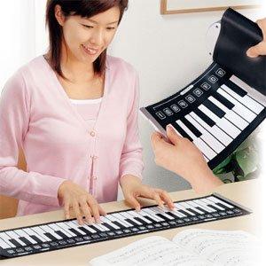 電子ピアノが丸められるシートに どこでもピアノ演奏『うきうきロールピアノ(楽器)』