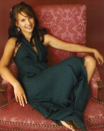 ブロマイド写真★ナタリー・ポートマン/赤いソファーに座る全身