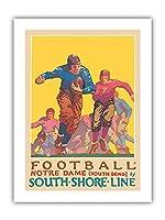 フットボール - ノートルダム大学インディアナ大学 - サウスショアライン、サウスベンド駅 - ビンテージな鉄道旅行のポスター によって作成された オスカー・ラーベ・ハンソン c.1926 - プレミアム290gsmジークレーアートプリント - 30.5cm x 41cm
