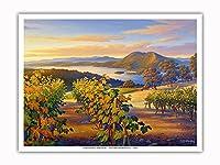 日没時の湖沿いのヴィンヤード - ワインカントリーアート によって作成された カーン・エリクソン - アートポスター - 23cm x 31cm