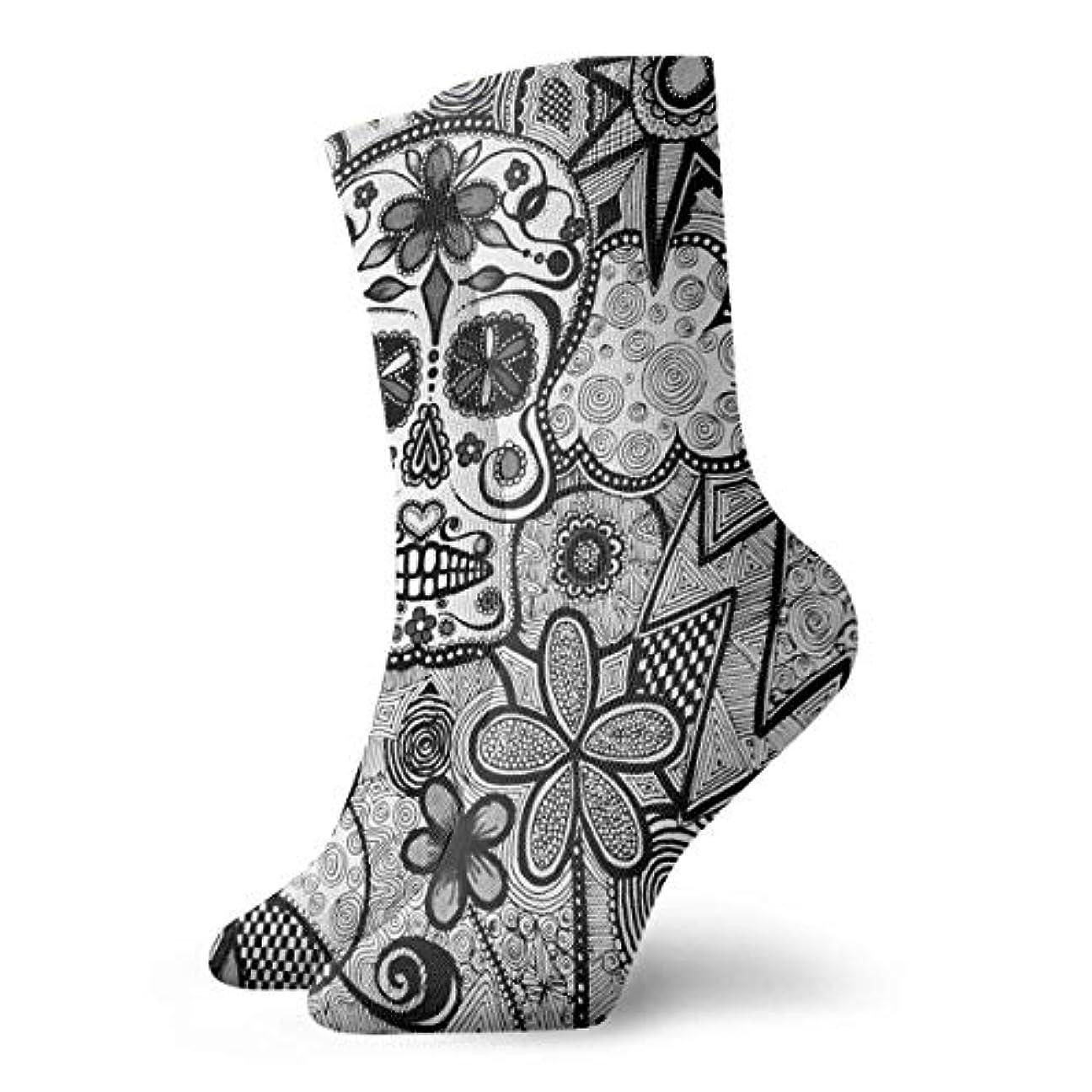 縫う局アフリカ人qrriyユニセックスカラフルドレスソックス、ブラックホワイト落書き頭蓋骨、冬ソフトコージー暖かい靴下かわいい面白いクルーコットンソックス1パック