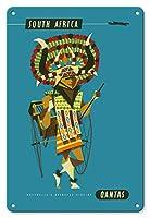 22cm x 30cmヴィンテージハワイアンティンサイン - 南アフリカ - アフリカの民族衣装を着用したダンサー - カンタス航空 - ビンテージな航空会社のポスター によって作成された ハリー・ロジャーズ c.1960s