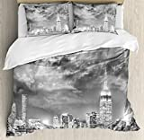 Urban布団カバーセットby Ambesonne、劇的なNew York City Skyline Sun Beams Clouds超高層ビルモノクロ風景、装飾寝具セットwithピロー、ブラックホワイト FULL / QUEEN nev_30792_queen