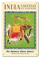 22cm x 30cmヴィンテージハワイアンティンサイン - クリッパーによってインドとパキスタン - パンアメリカン航空PAN AM - ビンテージな航空会社のポスター によって作成された チャールズ・バスカヴィル c.1949