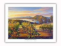 日没時の湖沿いのヴィンヤード - ワインカントリーアート によって作成された カーン・エリクソン - プレミアム290gsmジークレーアートプリント - 30.5cm x 41cm
