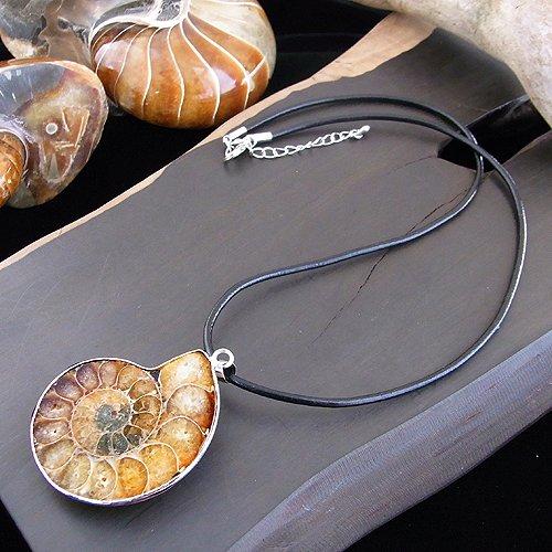 [해외]15-20g 암모나이트 컷 펜던트 가죽 체인 포함/15 - 20 g ammonite cut pendant with genuine leather chain