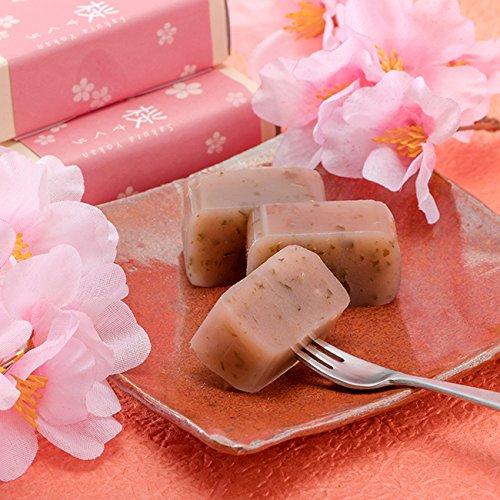 良平堂 桜さくらようかん 桜の葉の香りと少しの塩味が人気