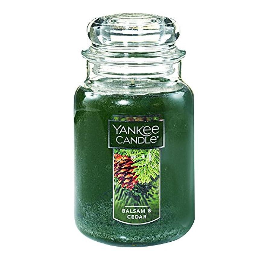 近傍後ろに販売員(ヤンキーキャンドル) Yankee Candle ラージ 22オンス ジャーキャンドル バルサム&シダー Large Jar Candle グリーン 1062314