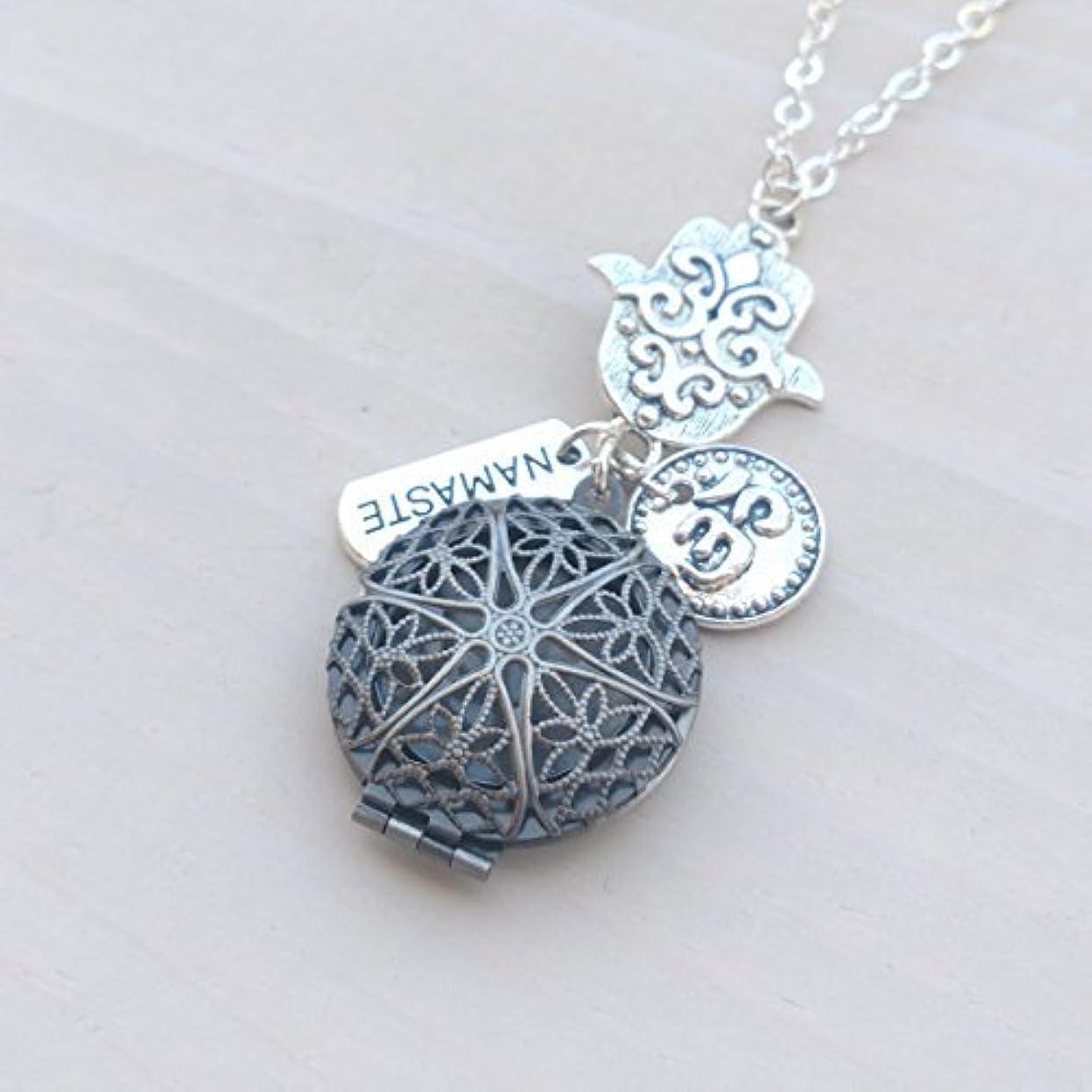 表面デッキ暗殺者Hamsa Namaste and Om Silver-tone Charms Aromatherapy Necklace Essential Oil Diffuser Locket Pendant Jewelry w/...