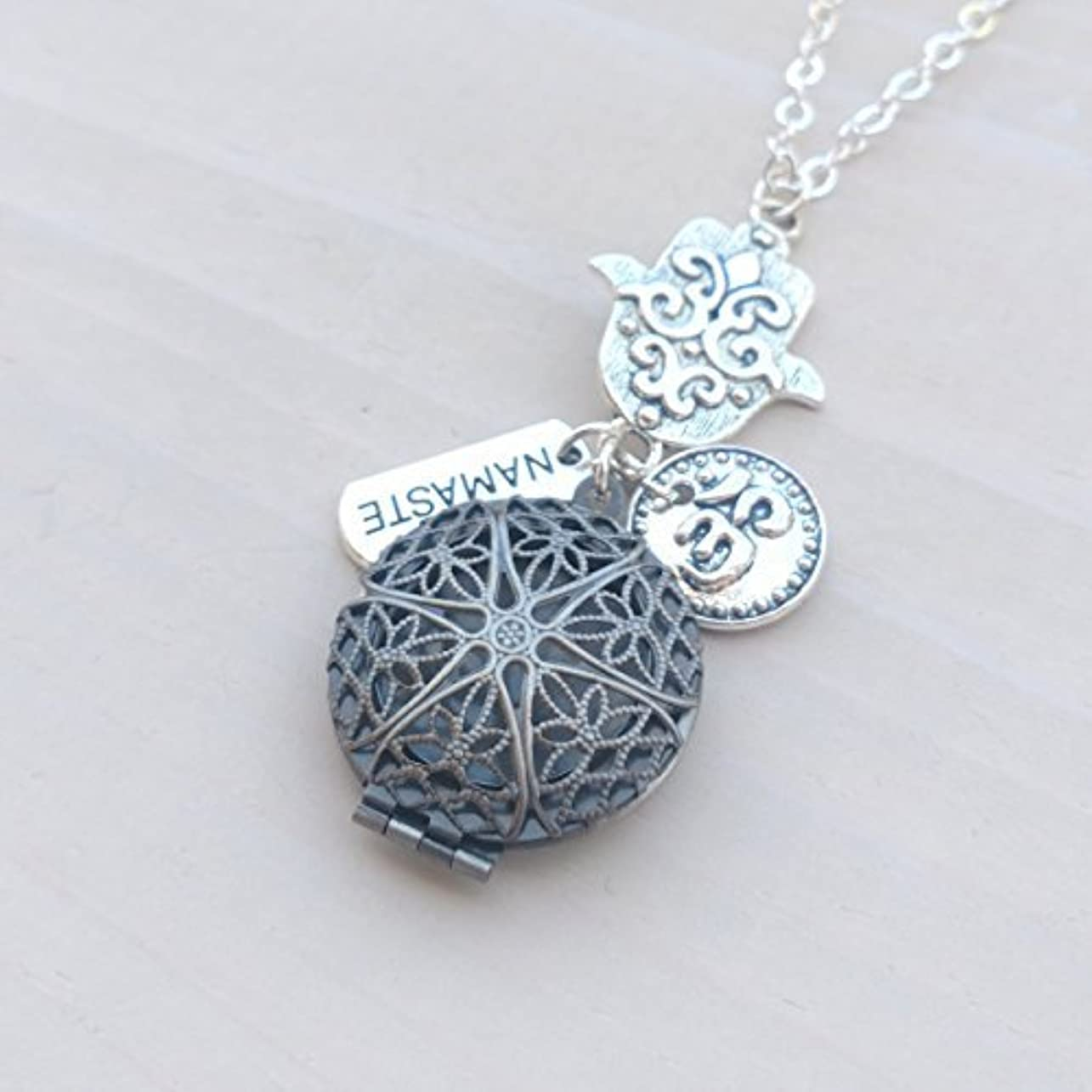 市長協会自然Hamsa Namaste and Om Silver-tone Charms Aromatherapy Necklace Essential Oil Diffuser Locket Pendant Jewelry w/...